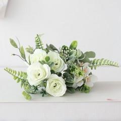 Букет розочки с зеленью - белый