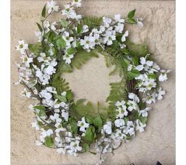 Венок с белыми цветами и папоротником 50 см
