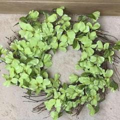 Венок с салатовыми цветочками 50 см